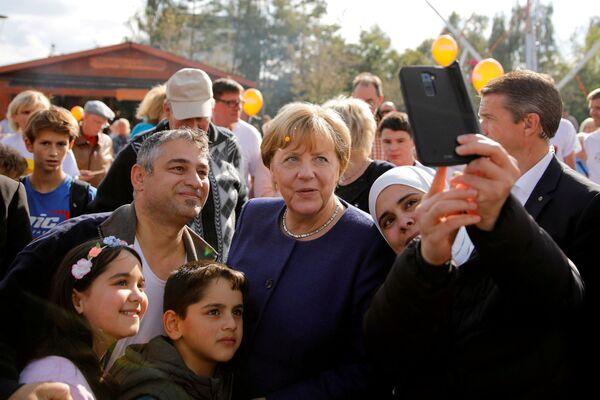 Kanclerz Niemiec ze zwolennikami - Sputnik Polska