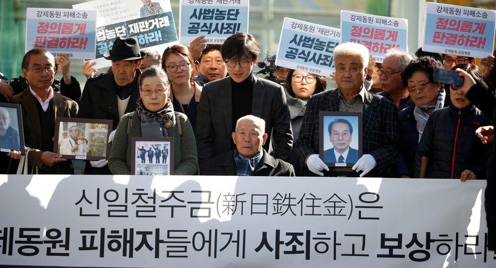 Lee Choon-shik, ofiara przemocy wojennej w okresie japońskiej okupacji, w otoczeniu zwolenników