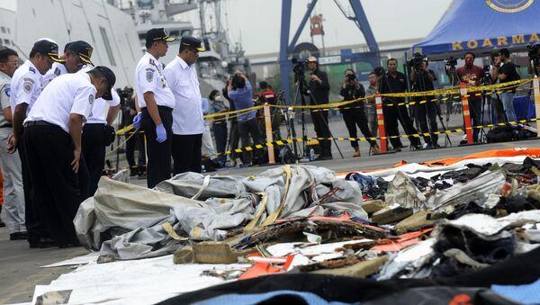 Ratownicy badają przedmioty z miejsca katastrofy samolotu pasażerskiego Boeing 737 linii lotniczych Lion Air u zachodniego wybrzeża Jawy - Sputnik Polska