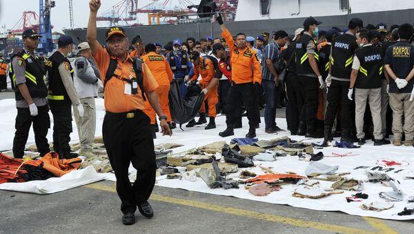 Przedmioty z miejsca katastrofy samolotu pasażerskiego Boeing 737 linii lotniczych Lion Air u zachodniego wybrzeża wyspy Jawa - Sputnik Polska