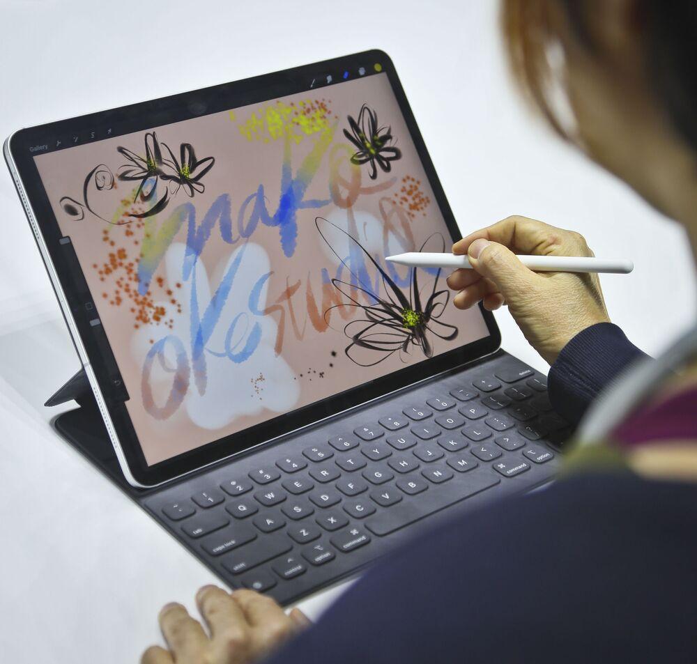 Japońska artystka Mako Oke testuje nowy iPad Pro w Nowym Jorku