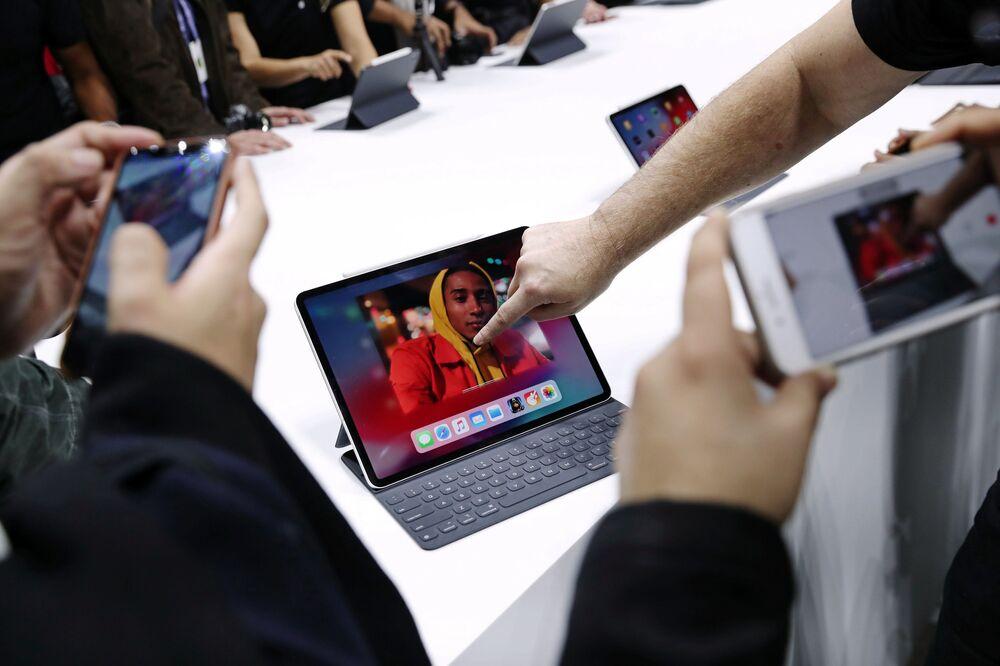 Odwiedzający testują nowy MacBook Air w Nowym Jorku