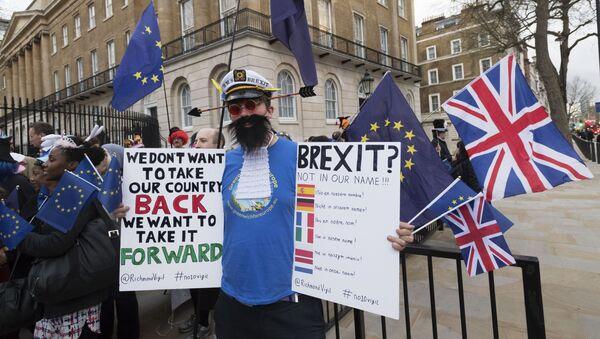 Przeciwnik wyjścia Wielkiej Brytanii z Unii Europejskiej (UE) na ulicy Londynu - Sputnik Polska