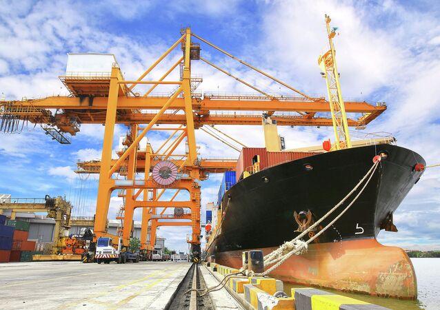 Załadunek kontenera na statek handlowy