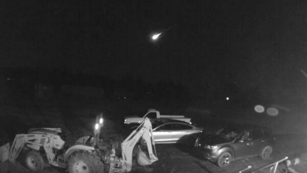 Mieszkańcom amerykańskiego stanu Arkansas udało się uwiecznić na nagraniu przelatujący jasny meteor. - Sputnik Polska