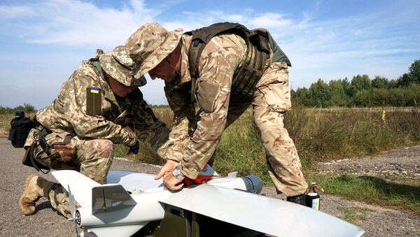 Ukraińscy żołnierze z dronem - Sputnik Polska