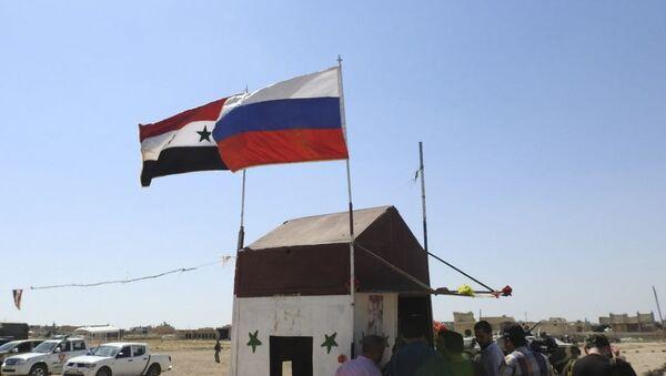 Flaga syryjska i rosyjska po wschodniej stronie korytarza humanitarnego Abu Duhur w syryjskiej prowincji Idlib - Sputnik Polska