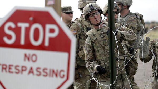 Amerykańscy żołnierze stawiają ogrodzenie z drutu kolczastego wokół amerykańsko-meksykańskiej granicy w Teksasie - Sputnik Polska