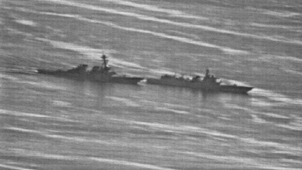 Amerykański niszczyciel Decatur i chiński okręt wojenny na Morzu Południowochińskim - Sputnik Polska