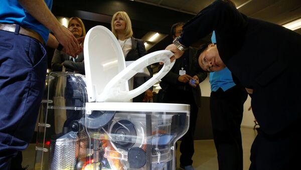 Prezentacja toalety działającej bez wody - Sputnik Polska