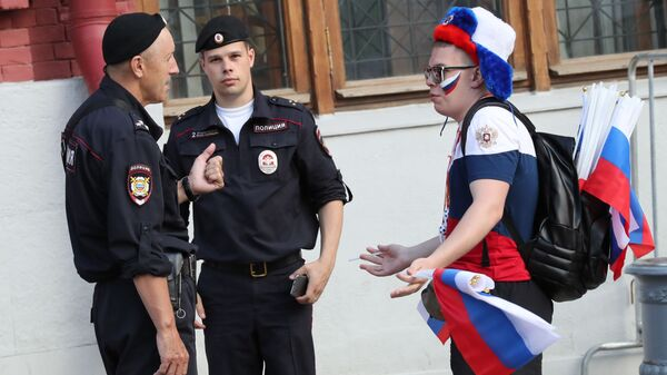 Policja i kibic podczas mistrzostw świata w piłce nożnej 2018 w Moskwie - Sputnik Polska