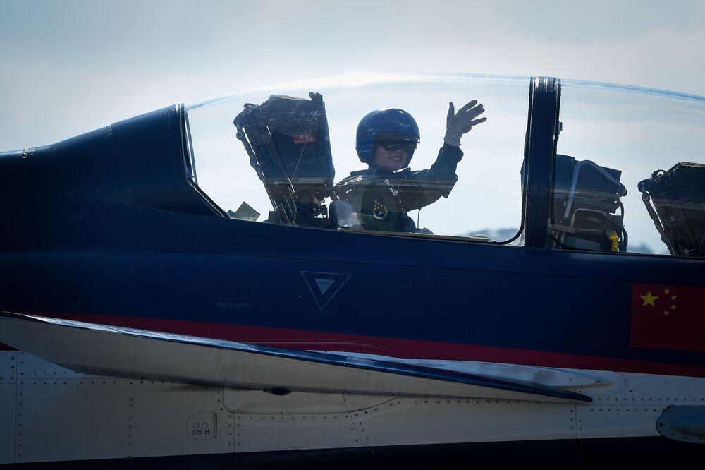 Kobieta w kabinie pilota myśliwca J-10