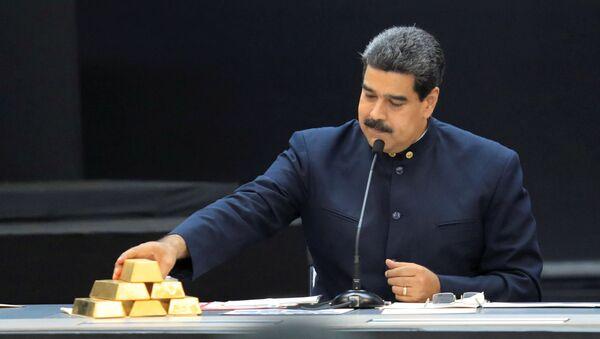 Wenezuelski prezydent Nicolas Maduro ze sztabkami złota - Sputnik Polska