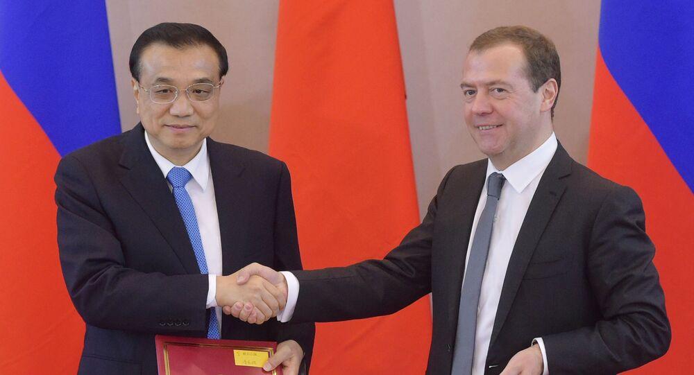 Premier Chin Li Keqiang i szef rosyjskiego rządu Dmitrij Miedwiediew na ceremonii podpisania dokumentów po 21. regularnym spotkaniu szefów rządów Rosji i Chin w Petersburgu