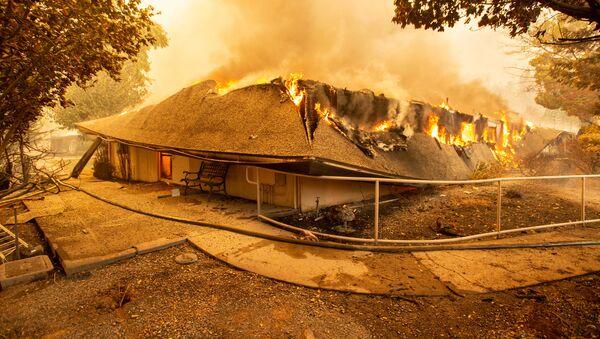 Szpital The Feather River ogarnięty płomieniami w amerykańskim mieście Paradise w Kalifornii, które zostało całkowicie zniszczone przez pożary lasów - Sputnik Polska