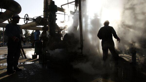Pracownik w rafinerii ropy naftowej w Iranie - Sputnik Polska