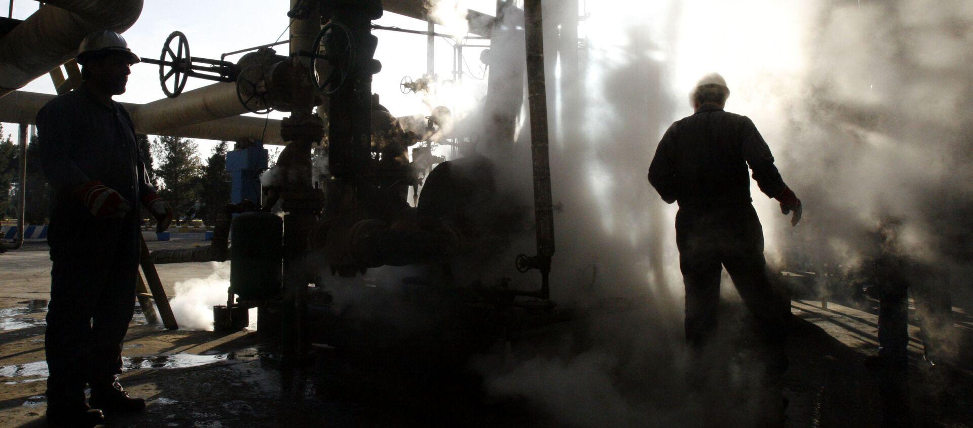 Pracownik w rafinerii ropy naftowej w Iranie - Sputnik Polska, 1920, 29.05.2021