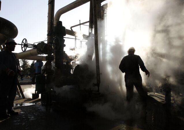 Pracownik w rafinerii ropy naftowej w Iranie