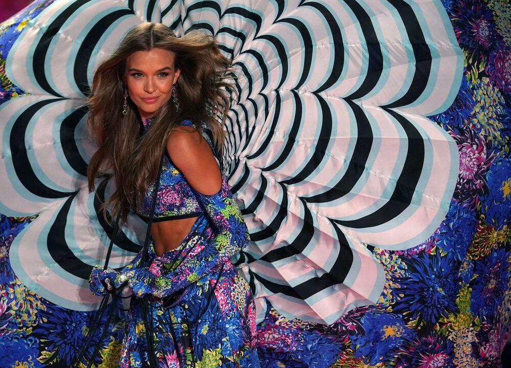 Modelka Josephine Skriver na pokazie Victoria's Secret w Nowym Jorku
