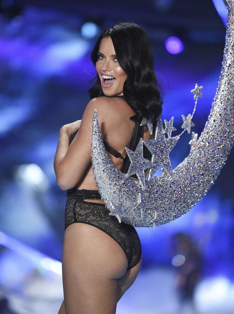 Modelka Adriana Lima na pokazie Victoria's Secret w Nowym Jorku