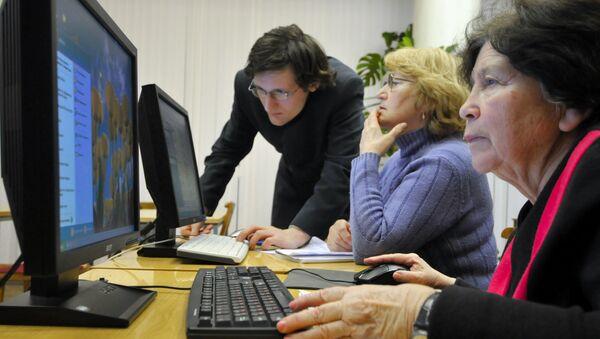 Emeryci opanowują podstawy znajomości obsługi komputera w Petersburgu - Sputnik Polska