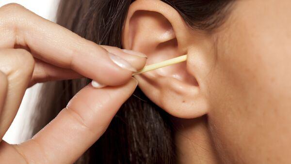 Czyszczenie uszu za pomocą patyczka - Sputnik Polska