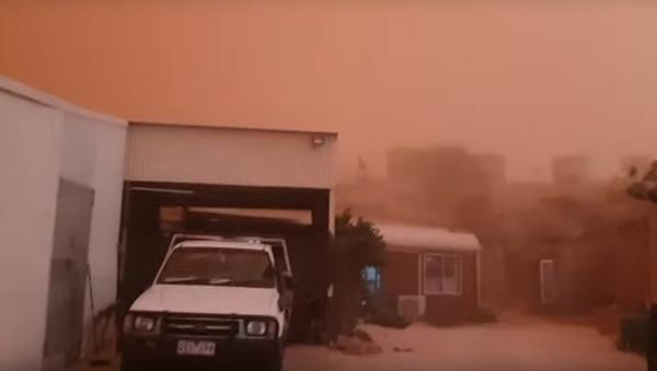Australia: Chmura czerwonego pyłu pochłonęła miasteczko - Sputnik Polska