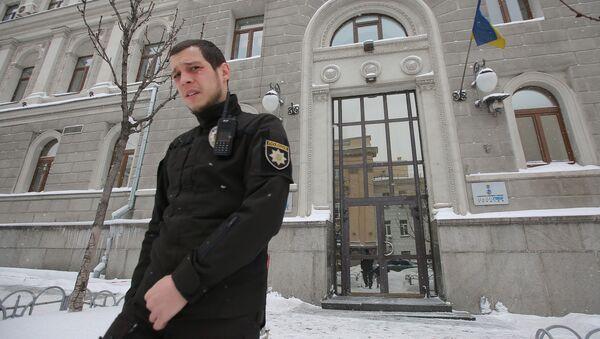 Funkcjonariusz policji przed budynkiem spółki Naftohaz Ukrainy - Sputnik Polska