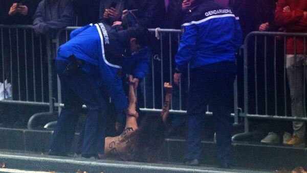 Aktywistka Femen rzuciła się pod koła limuzyny Trumpa - Sputnik Polska