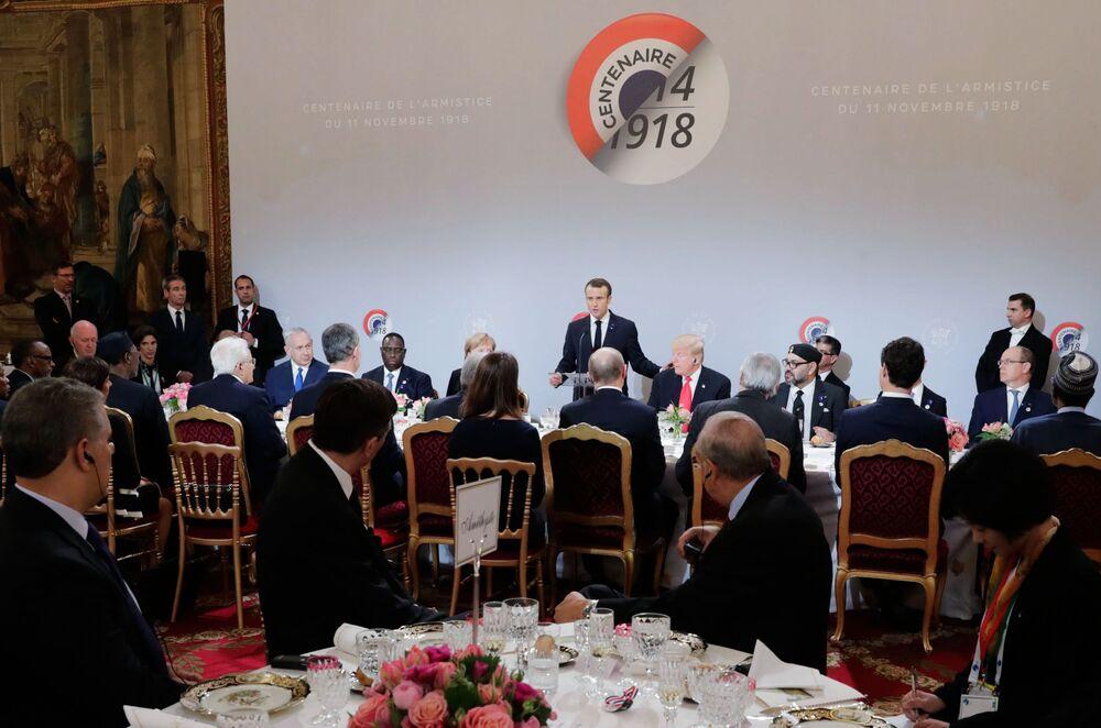 Szefowie państw i rządów podczas śniadania roboczego. Wśród gości prezydenta Francji Emmanuela Macrona jest m.in. prezydent Rosji Władimir Putin