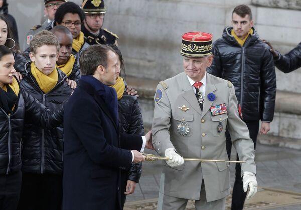 Prezydent Francji Emmanuel Macron na uroczystościach pod Łukiem Triumfalnym w Paryżu z okazji 100. rocznicy zakończenia I wojny światowej - Sputnik Polska