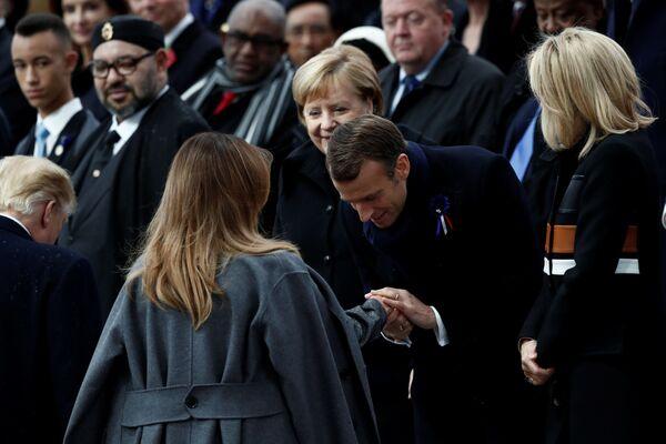 Prezydent Francji Emmanuel Macron i pierwsza dama USA Melania Trump na uroczystościach pod Łukiem Triumfalnym w Paryżu z okazji 100. rocznicy zakończenia I wojny światowej - Sputnik Polska