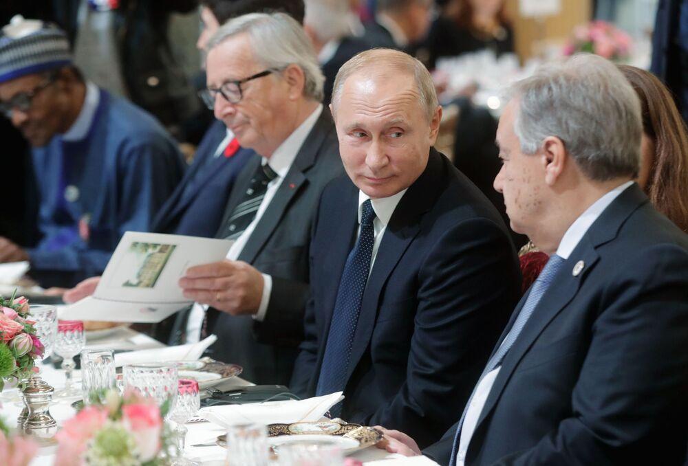Prezydent Rosji Władimir Putin przybył do Pałacu Elizejskiego na śniadanie robocze na zaproszenie prezydenta Francji Emmanuela Macrona