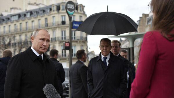 Prezydent Rosji Władimir Putin odpowiada na pytania dziennikarzy po ceremonii złożenia kwiatów pod pomnikiem żołnierzy Rosyjskiego Korpusu Ekspedycyjnego, który walczył we Francji podczas I wojny światowej - Sputnik Polska