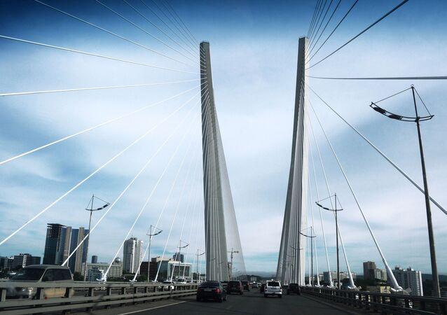 Most wantowy przez zatokę Złoty Róg we Władywostoku