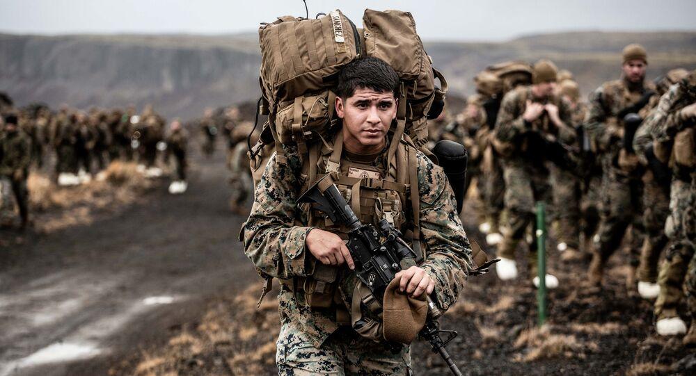 Żołnierz NATO podczas ćwiczeń wojskowych Trident Juncture 2018 w Islandii