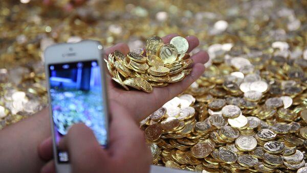 Monety o wartości 10 rubli na linii produkcyjnej w Moskiewskiej Mennicy - Sputnik Polska
