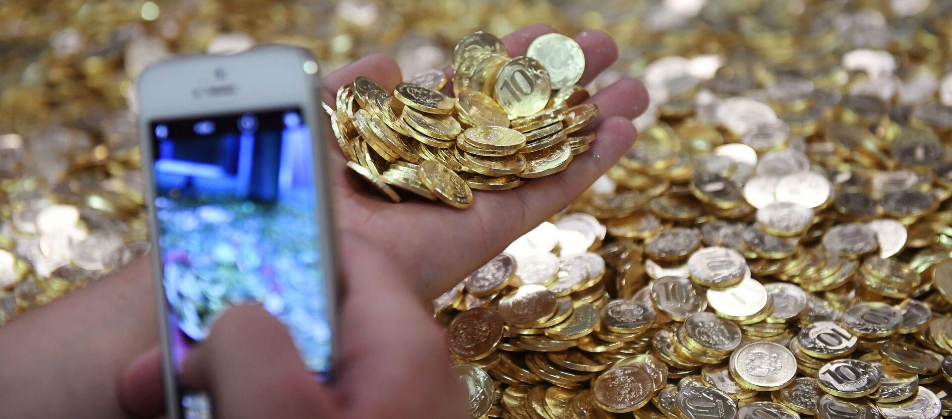 Monety o wartości 10 rubli na linii produkcyjnej w Moskiewskiej Mennicy  - Sputnik Polska, 1920, 03.02.2021