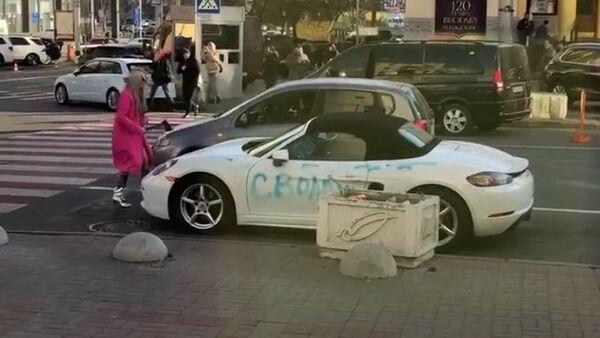 Blondynka z siekierą kontra Porsche ( - Sputnik Polska