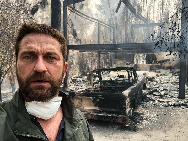 Aktor Gerard Butler stoi przed swoim spalonym domem w Kalifornii - Sputnik Polska