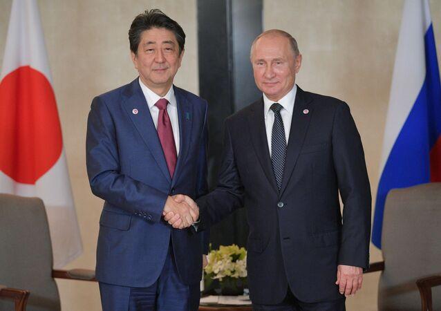 Władimir Putin i Shinzo Abe w Singapurze