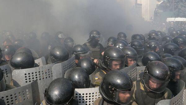 Starcia między milicją a protestującymi w pobliżu Rady Najwyższej w Kijowie - Sputnik Polska