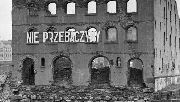 Napis na murze zburzonego przez faszystów bloku - Sputnik Polska