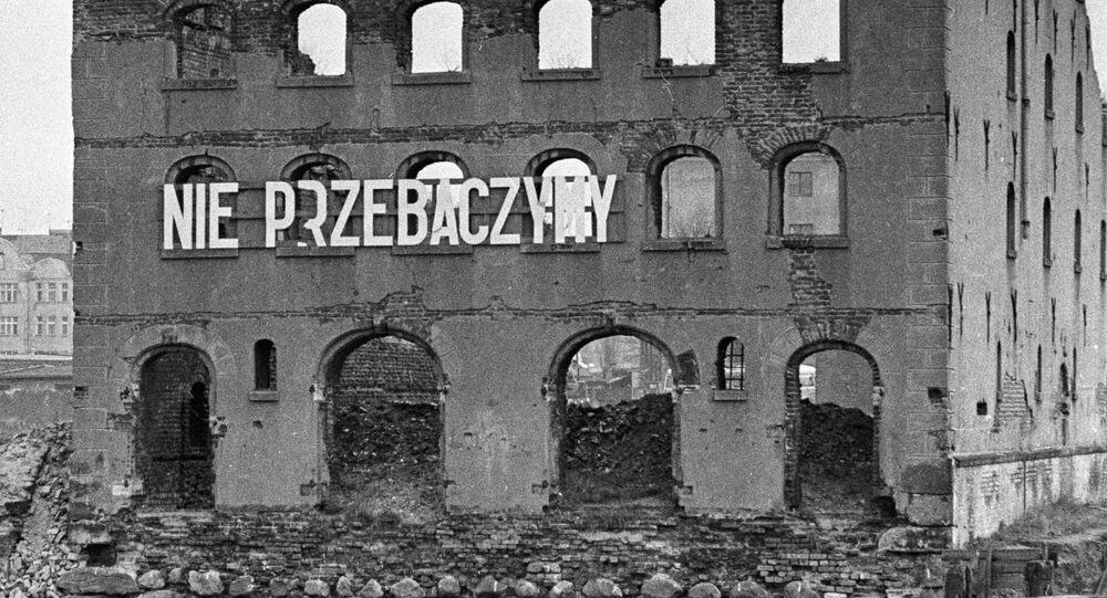 Napis na murze zburzonego przez faszystów bloku