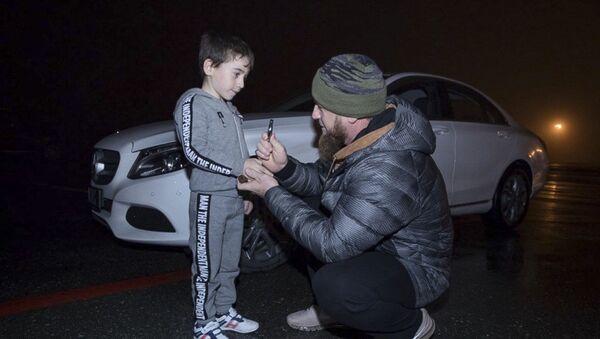 Ramzan Kadyrow wręcza białego Mercedesa Rachimowi Kurijewowi - Sputnik Polska