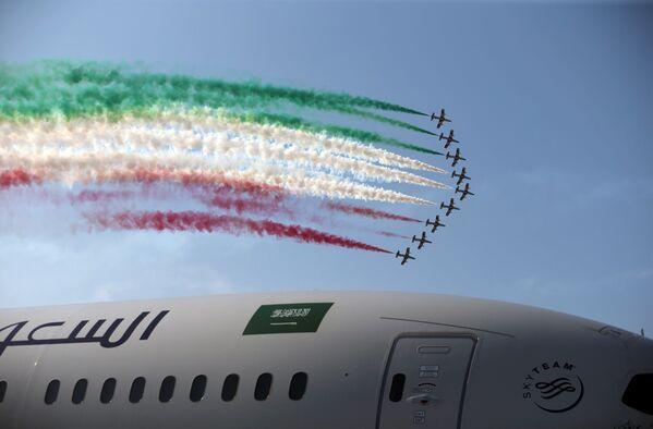 Zespół akrobacyjny Włoskich Sił Powietrznych Frecce Tricolori na Międzynarodowym Pokazie Lotniczym w Bahrajnie - Sputnik Polska