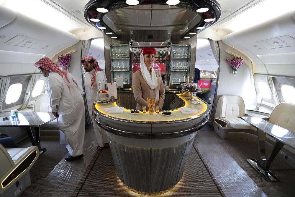 Goście wewnątrz dwupiętrowego samolotu Airbus A380 linii lotniczej Emirates Airlines na Międzynarodowym Pokazie Lotniczym w Bahrajnie