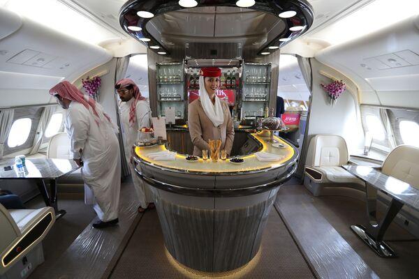 Goście wewnątrz dwupiętrowego samolotu Airbus A380 linii lotniczej Emirates Airlines na Międzynarodowym Pokazie Lotniczym w Bahrajnie - Sputnik Polska