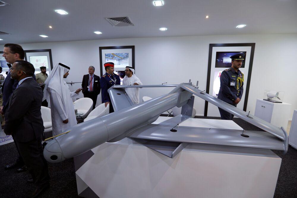 Zwiedzający oglądają wojennego drona na stoisku Zjednoczonych Emiratów Arabskich na Międzynarodowym Pokazie Lotniczym w Bahrajnie