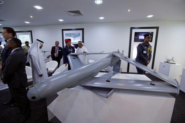 Zwiedzający oglądają wojennego drona na stoisku Zjednoczonych Emiratów Arabskich na Międzynarodowym Pokazie Lotniczym w Bahrajnie - Sputnik Polska